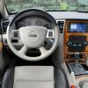 Onome tko se sjeća našeg, već pomalo davnog testa Chryslera 300C, pomalo arhaičan i kičast interijer neće mu biti odveć nov. No, Amerikanci tako doživljavaju raskoš. Ako ništa drugo, ergonomija je solidna, a prostranost i udobnost na vrhunskoj razini