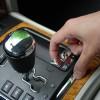 Iako je klasificiran kao SUV, Grand Cherokee 4x4 ima mnoge odlike pravih terenaca. Ovim prekidačem se uključuje reduktor prijenosa, a tu su i kruta stražnja osovina te stalni pogon na sva 4 kotača koji može biti isporučen do 100% na samo jednu osovinu