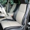 Prednja su sjedala presvučena dvobojnom kožom i imaju električno podešavanje u osam smjerova, podešavanje lumbalne potpore te grijanje. Udobnost i prostranost doista zaslužuju najvišu ocjenu. Ujedno, ovo je i daleko najudobniji automobil koji smo ikada vozili na off-roadu