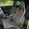 Testirani je Mégane R.S. bio dodatno opremljen sjedalima tvrtke Recaro. Riječ je o vrhunskim sjedalima koja pružaju odličnu potporu tijelu, visoku sigurnost zahvaljujući integriranom naslonu za glavu te udobnost, čak i na duljim putovanjima