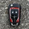 U automobilu koji nudi više od milijun kombinacija personalizacije, moguće je vlastitim ukusima prilagoditi sve pa tako i ključ. No, nijansa crvene boje na ključu nije savršeno odgovarala onoj na karoseriji Adama. Ccc...
