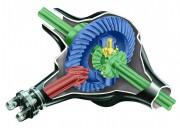 Osnovni dijelovi diferencijala: ulazno vratilo (crveno), tanjurasti zupčanik (plavo), zupčanici za izjednačavanje brzine (žuto), poluvratila sa zupčanicima (zeleno) i kučište diferencijala
