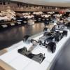Pogled na izložbeni prostor sa sportskim automobilima