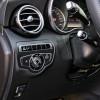 Električna parkirna kočnica već odavno predstavlja standard u automobilima Mercedes-Benza. Donja od dvije ručice desno pripada adaptivnom tempomatu Distronic Plus. Na gornjoj se upravlja pokazivačima smjera te brisačima
