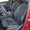 Vrlo udobna prednja sjedala nude solidnu bočnu potporu. Praktična je i mogućnost produžavanja sjedalnog dijela. Inače, električno se podešavaju nagib naslona i sjedalnog dijela te lumbalna potpora, a prema dužini sjedalo pomičemo ručno