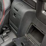 Dva dodatna pretinca smještena iza sjedala nisu odveć korisna niti praktična, a upotrebljiviji je tek onaj (nešto veći) između sjedala. No, to je ipak roadster... Ovaj mali deflektor vjetra poznajemo još od edicije NC. Ipak, mrežica s NA i NB je bila kudikamo korisnija