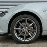Još jedan serijski detalj su i 17-colni lijevani naplaci s gumama dimenzija 205/45. Prednji (ventilirani) i stražnji diskovi promjera su od 280 mm, no koliko vidimo, u ovaj bi kotač stale i veće kočnice
