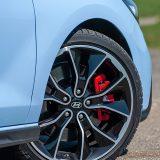 Zahvaljujući velikim 19-colnim kotačima mjesta ima za solidno dimenzionirane ventilirane diskove, sprijeda promjera od 345, a otraga 314 mm. Tako su kočnice uvijek na visini zadatka