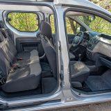 Pristup stražnjoj klupi je olakšan zahvaljujući ostakljenim kliznim vratima s obje strane vozila