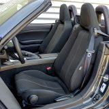 Hod sjedala iznosi 210 mm za vozača te 170 za suvozača. Okruglim se gumbom podešava visina prednjeg dijela sjedala vozača. Dakako, sjedala pružaju dobru potporu u zavojima, no središnji im je dio previše mekan