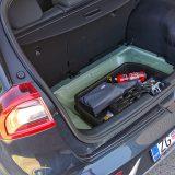 Od prtljažnika smo pak očekivali nešto više od 377 dm3 (427 dm3 ako uračunamo prostor za rezervni kotač), odnosno 1371 dm3 s preklopljenim stražnjim sjedalima. U testnom modelu se ispod podnice prtljažnika nalazio komplet za popravak pneumatika