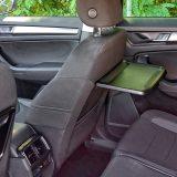 Sklopivi su stolići detalj tipičan za obiteljske automobile. Također, tu je 3. zona klimatizacije (na središnjoj konzoli), a ispod tipki za temperaturu smještena je dodatna 12V utičnica