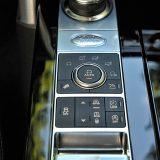 Iza prekidača odličnog 8-stupanjskog ZF-ovog automatskog mjenjača koji će vozaču ponuditi obični i sportski način rada, nalaze se prekidači sjajnog landroverovog sustava Terrain Response 2 koji vozaču na izbor nudi pet načina rada, uključujući i automatski, a putem kojih se može prilagoditi rad motora, mjenjača, središnjeg diferencijala i ovjesa ovisno o podlozi