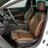 Vozačevo sjedalo je električno podesivo u svim smjerovima. Također, nudi podešenje bočnih dijelova naslona, potporu za lumbalni dio leđa, masažnu funkciju i dva memorijska položaja, a vozač može podesiti i dužinu sjedalnog dijela