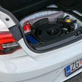 Ispod podnice prtljažnika se nalaze komplet za popravak pneumatika, set za prvu pomoć, trokut te vatrogasni aparat. Audio-sustav je zauzeo središnji prostor