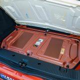 """Motor je smješten otraga ispod, toplinski ne odveć dobro izolirane podnice prtljažnika. Šest vijaka drži poklopac motora, pristup kojem nije namijenjen """"običnim smrtnicima"""""""