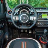 Vozačevo je okruženje vrlo pregledno i u osnovi jednostavno uređeno. Sve je lako dostupno, a ergonomija je zadovoljavajuća (koliko može biti u ovako malom automobilu)