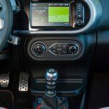 Twingo je tipični Renault s nizom prepoznatljivih detalja u interijeru. Također, ovo je najbogatije opremljeni predstavnik renaultovog A segmenta