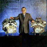 Paul Rosche između dva BMW-ova 12-cilindrična F1 motora