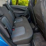 Za putnike na stražnjim sjedalima naći će se dovoljno mjesta za koljena, no ograničenje tijekom duljeg boravka u vozilu ipak će predstavljati nizak naslon i relativno kratak sjedalni dio