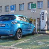 U Hrvatskoj se nalazi 187 punionica što Zoe Z.E. 40 čini automobilom kojim doista možemo prijeći cijelu zemlju. Zoe je opremljen punjačem Caméléon (konektor tip 2) koji je univerzalan u smislu da prihvaća sve izvore energije