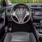 Kokpit djeluje bogato opremljen i kvalitetno izrađen, a vozač će cijeniti preglednost i visoku razinu ergonomije. Vrijeme navikavanja na vozačevo okruženje je vrlo kratko, a upravljanje raznim on-board sustavima jednostavno