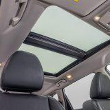 Dvodjelni panoramski krov odlično osvjetljava putničku kabinu, a prednji dio iznad vozača i suvozača je električno pomičan i otvoriv