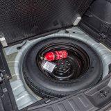 Ispod podnice prtljažnika se nalazi rezervni kotač dimenzija 155/90 R17, a testni je model bio standardno opremljen kotačima dimenzija 225/55 R 19