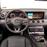 Ulasku u unutrašnjost Mercedes-Benz E klase 220 d All Terrain Avantgarde vjerojatno se nitko ne bi protivio. U Mercedes-Benzu su i ovoga puta pokazali nenadmašnu umješnost kombiniranja različitih materijala (konkretno aluminija, drva i kože)