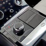 Rotacijski selektor prijenosa kudikamo je praktičniji od klasične ručice te ujedno i brži za rukovanje. Kada je motor isključen, ovaj se veliki gumb uvlači. Pritiskom na znak Land Rovera, otvara se pretinac desno od selektora