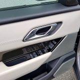 Sjedalo vozača ima tri memorijska položaja, a vanjski se retrovizori automatski sklapaju pri zaključavanju vozila. Audio-sustav Meridian ima 17 zvučnika