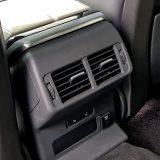Neobično je da Range Rover uz ovako luksuzan i, svakako ne jeftin automobil nudi samo 2-zonsko podešavanje klima uređaja. No, barem su dva stražnja sjedala grijana