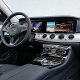 Nova se E klasa estetikom svog interijera uvelike oslanja na već viđena rješenja iz drugih automobila Mercedes-Benza. To jamči profinjen dizajn, pažnju posvećenu detaljima te neprikosnoven dojam kvalitete