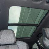 Panoramski stakleni krov se može otvarati te ima električnim putem pomično sjenilo. Ipak, dosta robusna obloga krova dokida prostor za glavu putnika na drugom redu sjedala