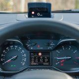 Head-up zaslon predstavlja dodatnu opremu testiranog automobila, a zajedno s 3,5-inčnim zaslonom putnog računala  pripada paketu Techno