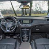 Ugodan i prostran interijer, u slučaju testiranog automobila obložen kožom, može se pohvaliti i nizom elemenata opreme koji naglasak stavljaju na obiteljsku funkciju ovog crossovera
