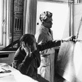 Ferdinand Porsche (lijevo) i stručnjak za pogonske strojeve Josef Kales snimljeni 1937. u uredima tvrtke, na stuttgartskoj adresi Kronenstrasse 24