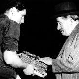 Herbert Linge (lijevo), natjecateljski vozač te zaposlenik tvrtke i Ferdinand Porsche, 1949. godine