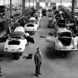 Ferry Porsche, 1958. u hali za sklapanje automobila u Stuttgart-Zuffenhausenu ispred modela 356 serije A