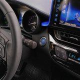 Ulazak u vozilo i pokretanje motora mogući su bez vađenja ključa iz džepa. Također, pri zaključavanju vozila vanjski se retrovizori automatski sklapaju