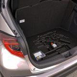 Ispod podnice prtljažnika smješten je komplet za popravak pneumatika s kompresorom