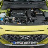 Benzinski Turbo-GDI 3-cilindrični motor trenutno je slabija od dvije opcije za Konu, no sa 120 KS nikako ga ne možemo nazvati (pre)slabim. Relativno je tih i dobro izoliran te dah gubi tek pri većim brzinama