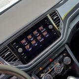 Oprema kao što su parkirni senzori, pomoć pri kretanju uzbrdo, automatska 2-zonska klima, središnji zaslon od 8 inča dijagonale, kožni upravljač i još štošta dolazi serijski u svakom T-Rocu