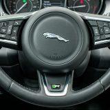Višenamjenski obruč upravljača Jaguara E-Pace vrlo je dobro dimenzioniran te izvrsno leži u rukama. Dakako, presvučen je kožom, a tu su i elegantni aluminijski umeci