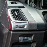 Električna parkirna kočnica s automatskim otpuštanjem se podrazumijeva u luksuznom automobilu poput ovog. Tu su i prekidači za otvaranje prtljažnog prostora te sustava za upozorenje o nenamjernoj promjeni vozne trake