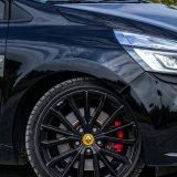Sportski oblikovan crni naplaci kriju velike diskove pa se R.S. učinkovito zaustavlja i nakon dulje brze vožnje. Michelinovi pneumatici Pilot Sport 4 su odlični, no njihove dimenzije (205/40 ZR 18) uz ionako tvrd ovjes nimalo ne pomaže prema pitanju komfora