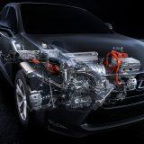 Automobil je opremljen s dva električna motora, po svaki na jednoj osovini koju, ujedno i pokreću. Prednji električni motor razvija 143, a stražnji 68 KS