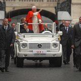 Ipak, vjerojatno najslavnija verzija neke od posebnih izvedenica Mercedes-Benz G klase je ona popularno nazvana Papamobil. Na ovoj slici je G klasa koja je služila Papi Benediktu XVI