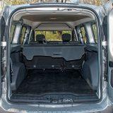 Prtljažnik, kojem se pristupa putem dvostrukih stražnjih vratiju, nudi raskošnih 800 dm3 zapremnine u standardnoj, obiteljskoj konfiguraciji, no s preklapanjem naslona stražnje klupe ova simpatična Dacia će ponuditi čak 3000 dm3