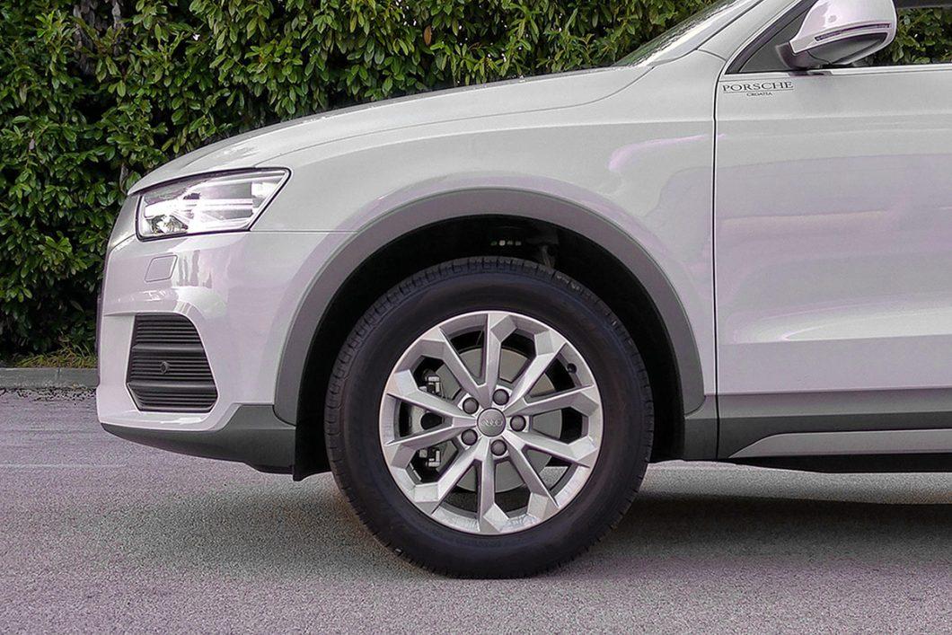 Serijski lijevani naplaci na testiranom su automobilu bili opremljeni bridgestoneovim gumama dimenzija 235/55 R 17